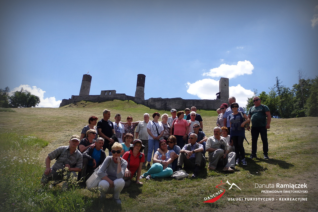 Przewodnik Świętokrzyski Danura ramiączek | Zdjęcie grupowe - w tle zamek w Chęcinach
