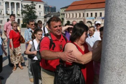 Wycieczka osób niewidomych i niedowidzących rozpoczęła się na kieleckim Rynku Fot. © Łukasz Zarzycki